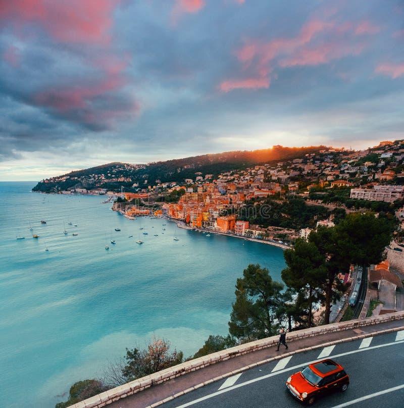 Coatline Франции с дорогой и автомобилем стоковое изображение rf