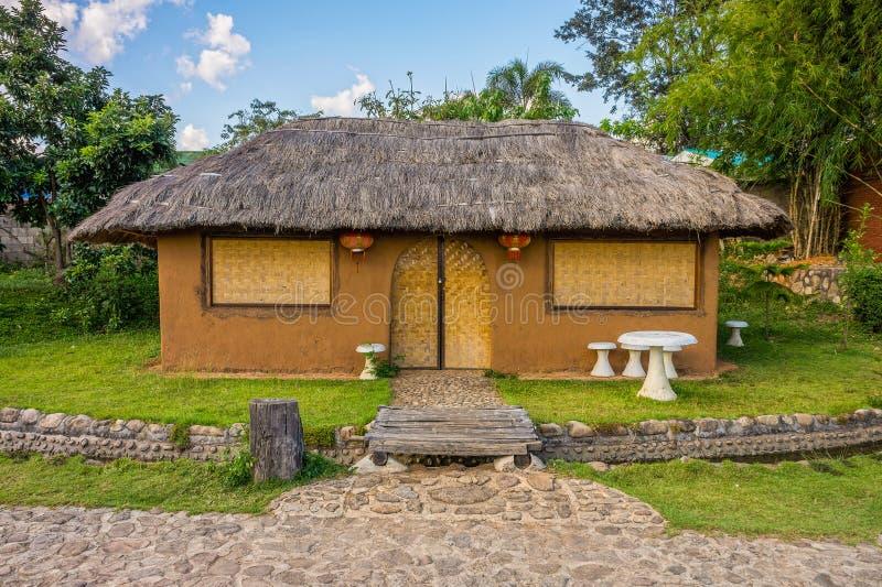 Cob dom z ogródem w Północnym Tajlandia zdjęcia stock