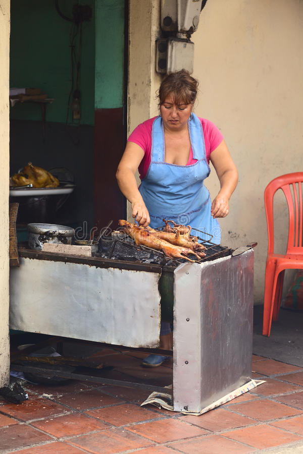 Cobaye de torréfaction de femme dans Banos, Equateur photographie stock