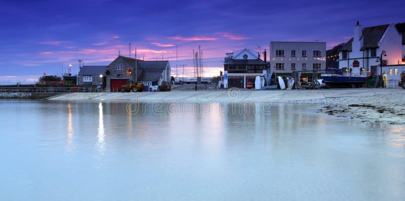 Cobb在日落的Lyme Regis 库存照片