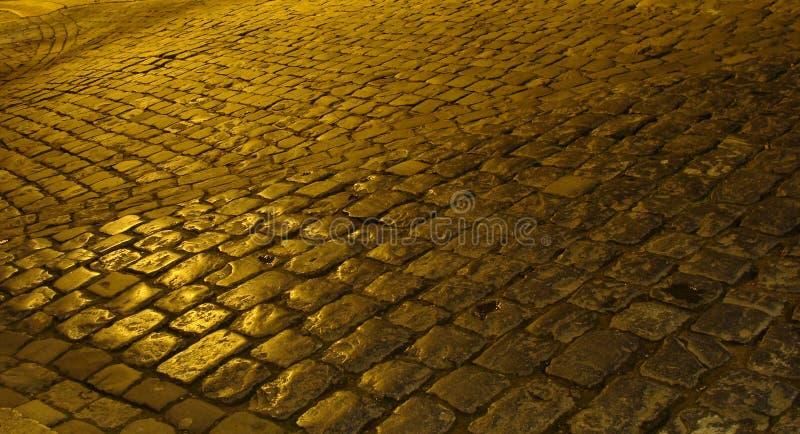 cobble παλαιά βροχερή οδός πετρών νύχτας στοκ εικόνες με δικαίωμα ελεύθερης χρήσης