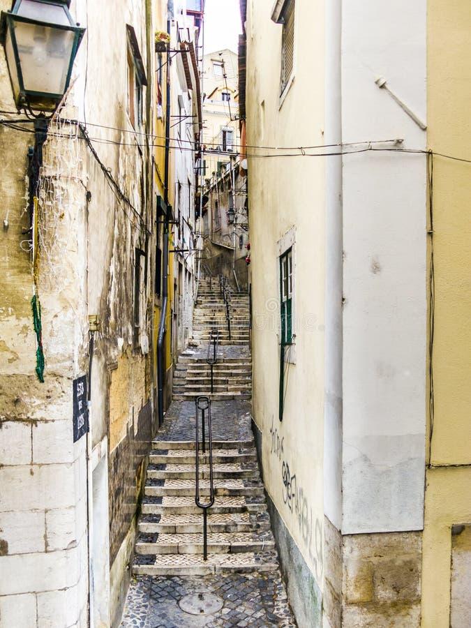 Cobble la calle de piedra en la ciudad vieja de Lisboa foto de archivo libre de regalías