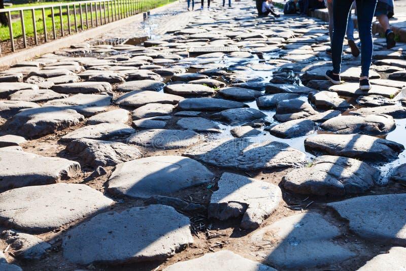 Cobble la pietra alla fine del modo di Appian antico fotografia stock libera da diritti