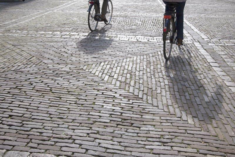 Cobble le pietre ed i ciclisti, Den Haag - L'aia; L'Olanda fotografia stock libera da diritti
