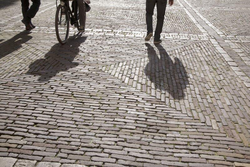 Cobble le pietre, il ciclista ed i pedoni, Den Haag - L'aia; Uff fotografia stock