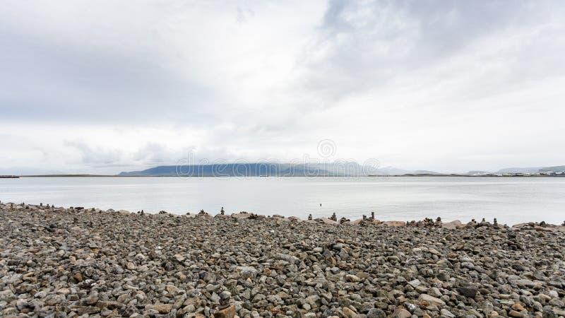 cobble Strand mit Steinpyramiden in Reykjavik-Stadt lizenzfreie stockbilder