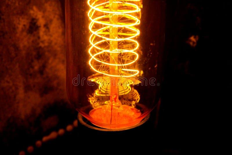 Cobbled klassische weißglühende Edison-Glühlampen mit sichtbaren glühenden Drähten in der Nacht lizenzfreie stockfotos