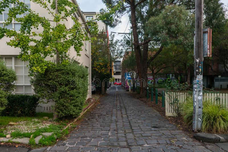 Cobbled laneway tussen gebouwen royalty-vrije stock foto