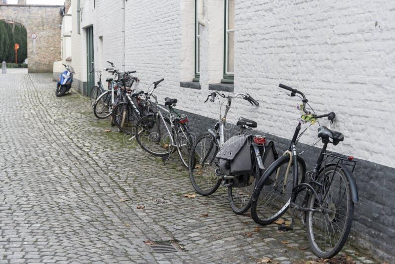 Cobblestoned Gasse und Fahrräder Brügge lizenzfreie stockfotos