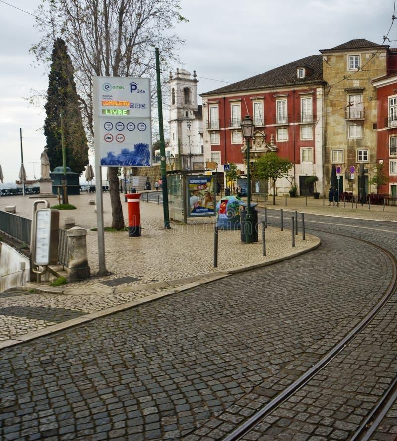Cobblestoned gata, spårvagnstänger, Lissabon, Portugal fotografering för bildbyråer