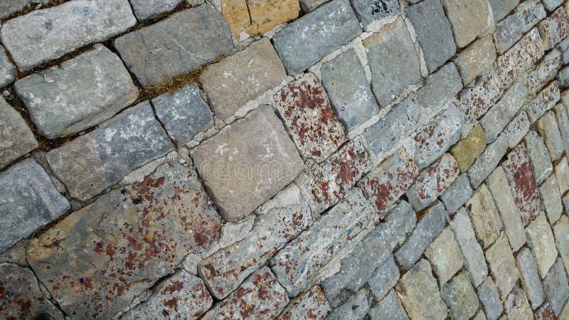 cobblestoned granittrottoar f?r bakgrund Stentrottoartextur royaltyfria foton