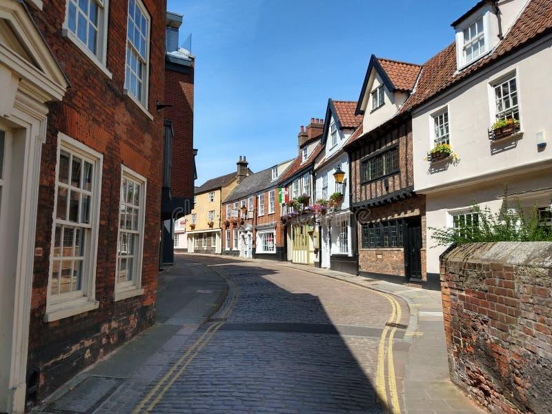 Cobblestoned historischer Ulmen-Hügel, Norwich, Norfolk, England stockbilder