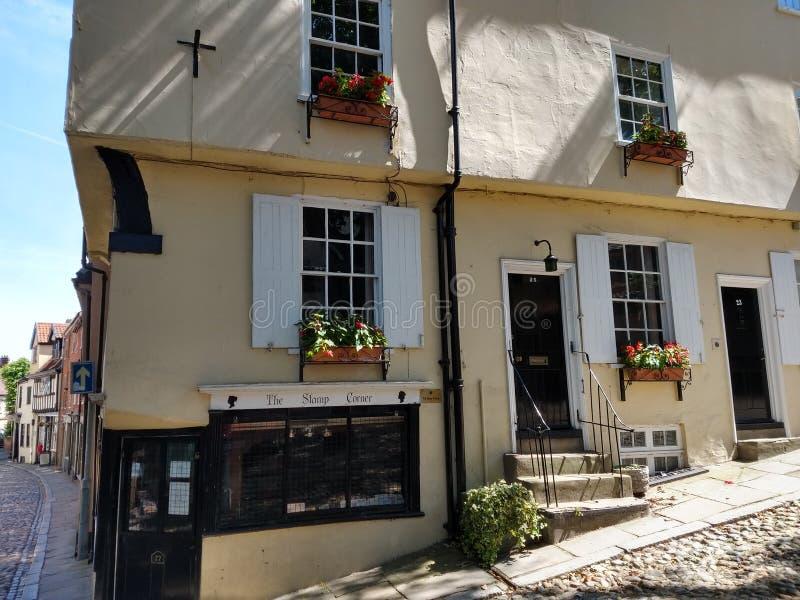 Cobblestoned historischer Ulmen-Hügel, Norwich, Norfolk, England lizenzfreies stockfoto