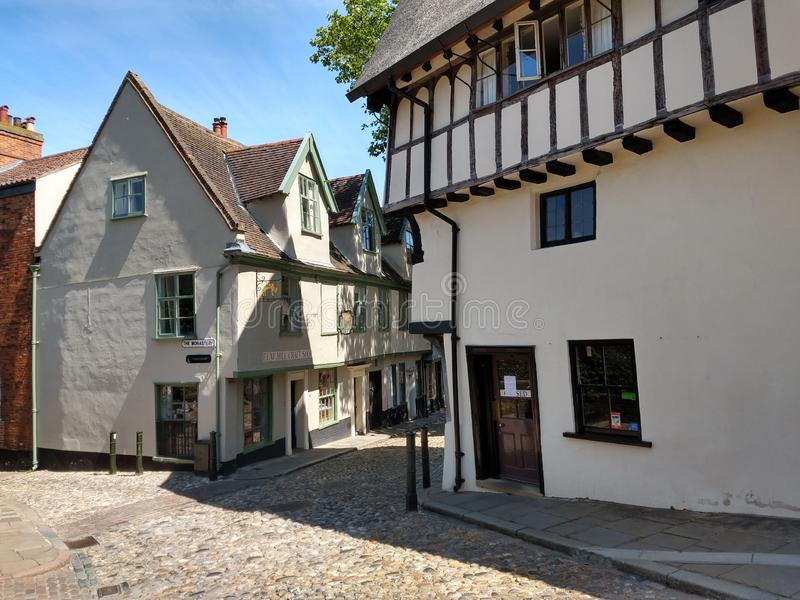 Cobblestoned historischer Ulmen-Hügel, Norwich, Norfolk, England lizenzfreies stockbild