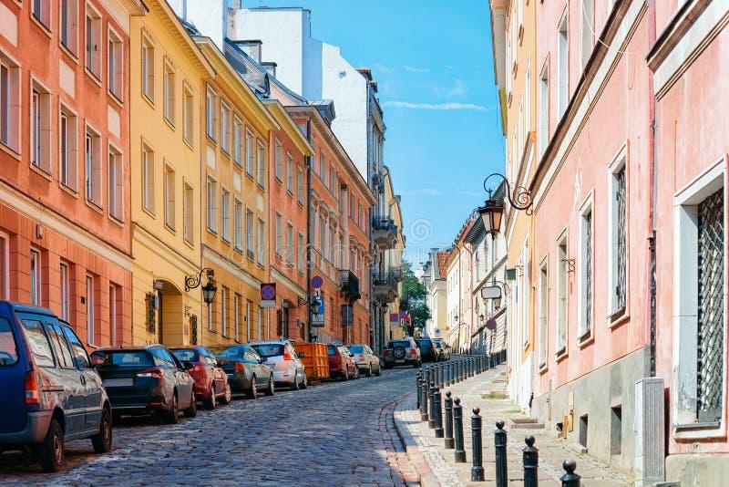 Cobblestoned Straße in der alten Stadt von Warschau lizenzfreie stockbilder