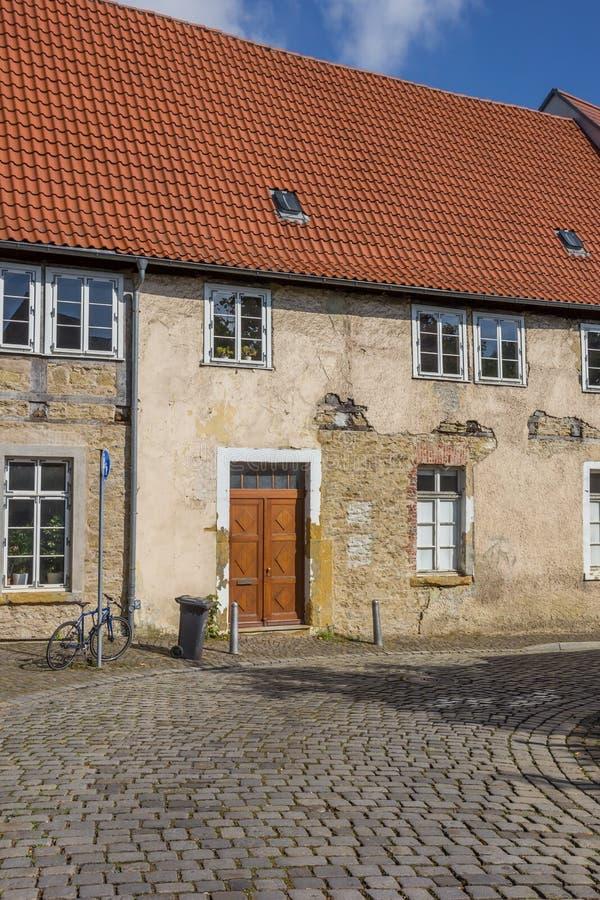 Cobblestoned Straße in der historischen Mitte von Bielefeld stockfotos