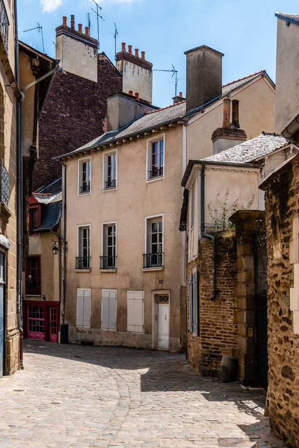 Cobblestoned Straße in der historischen Mitte von Rennes lizenzfreie stockfotos