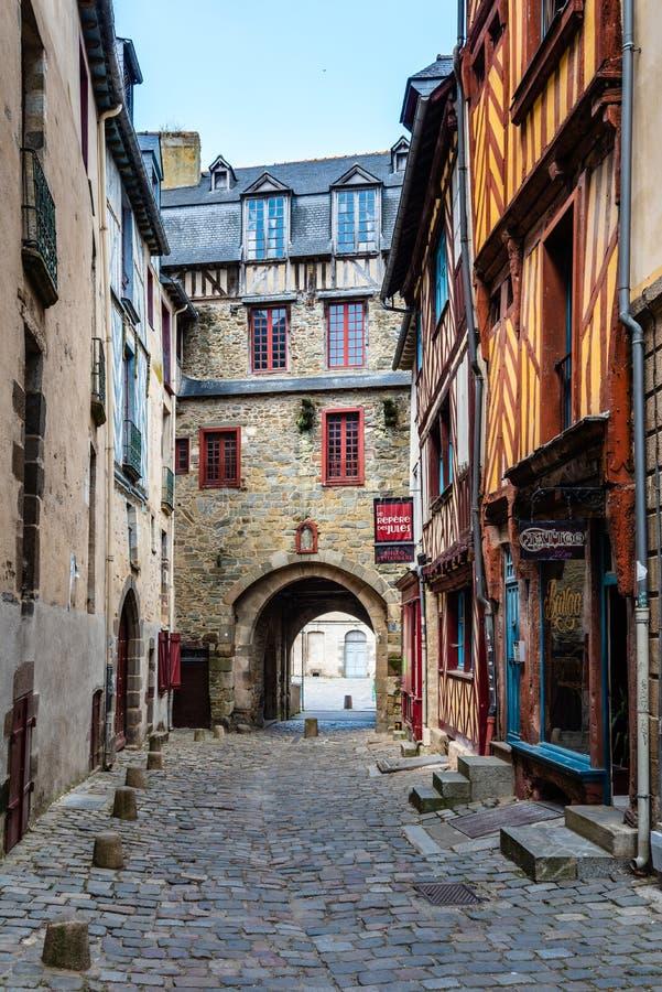 Cobblestoned Straße in der historischen Mitte von Rennes lizenzfreies stockfoto