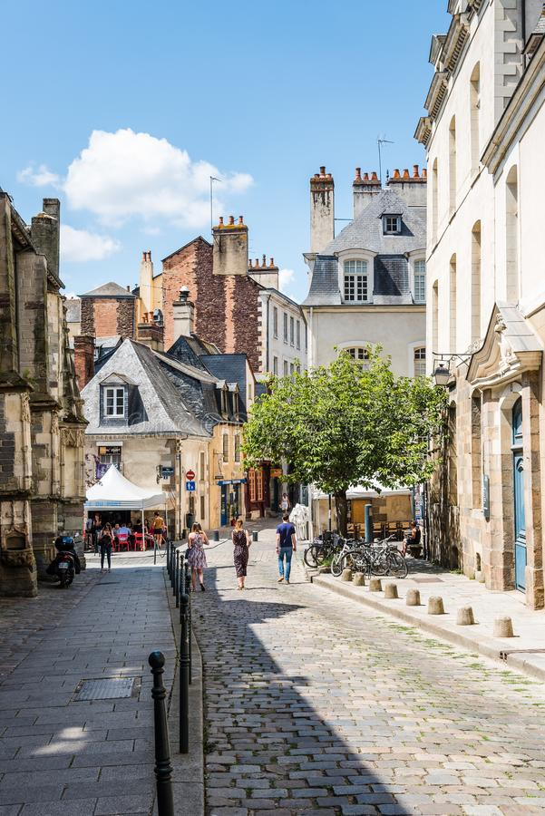 Cobblestoned Straße in der historischen Mitte von Rennes lizenzfreie stockfotografie