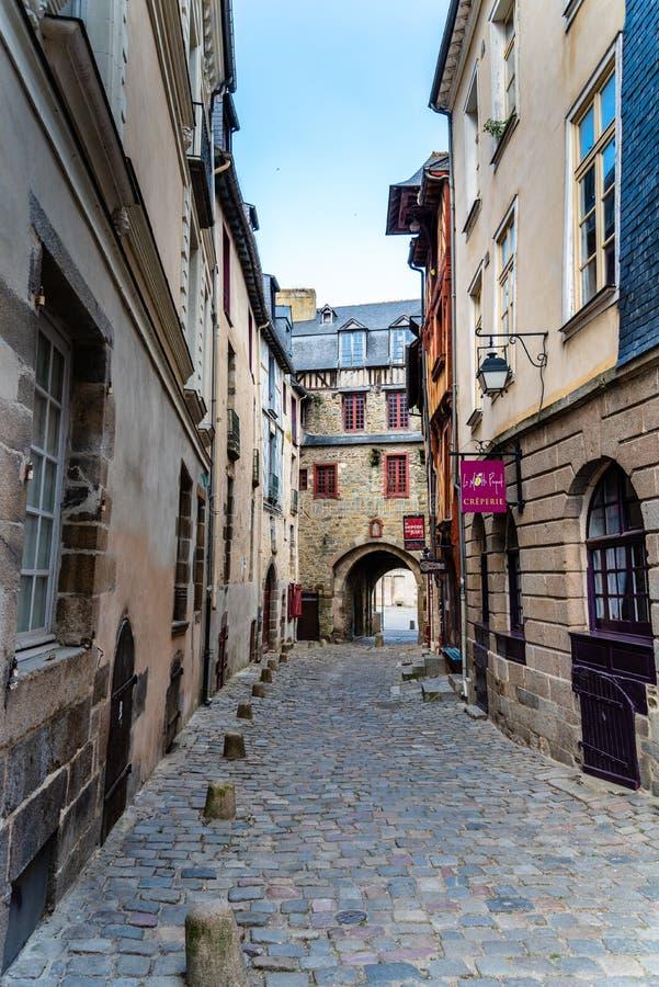 Cobblestoned Straße in der historischen Mitte von Rennes stockbild