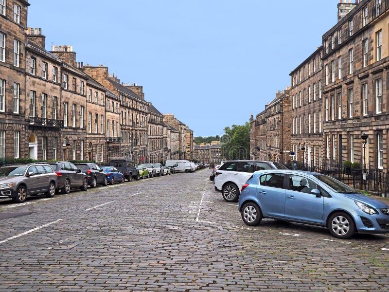 Cobblestoned Straße in Edinburgh stockfotos