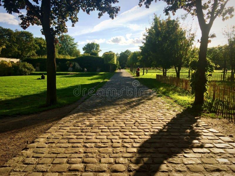 Cobblestoned Straße in einem Park in Paris lizenzfreie stockfotos