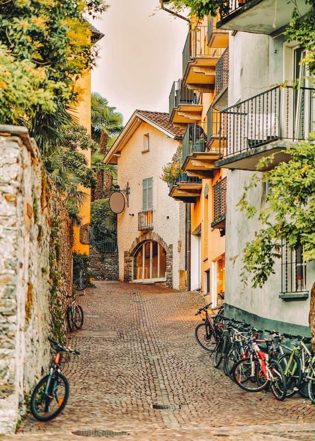 Cobblestoned Straße mit Fahrrädern am romantischen Luxus-Resort in Ascona stockfotografie