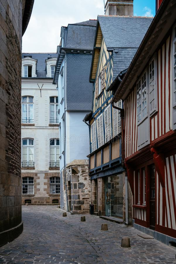 Cobblestonedstraat in historisch centrum van Rennes royalty-vrije stock fotografie