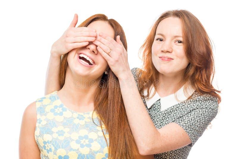 A coberta da menina eyes com mãos a seu amigo imagens de stock royalty free