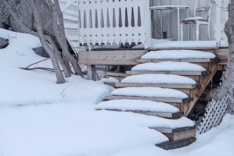 Coberto de neve na casa de madeira das escadas foto de stock royalty free