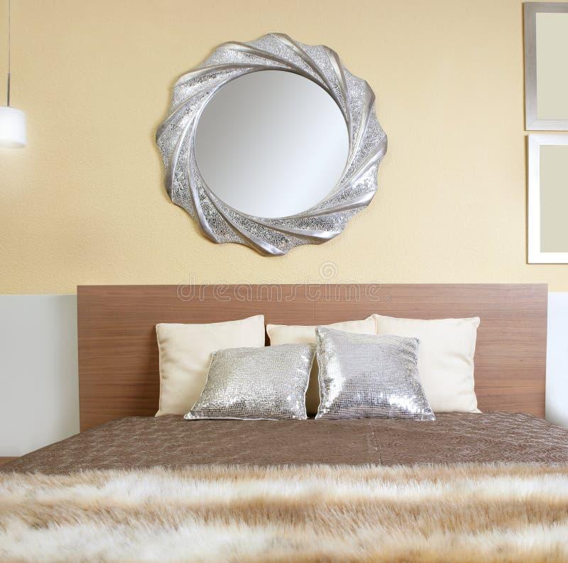 Cobertor de prata moderno da pele da falsificação do espelho do quarto foto de stock