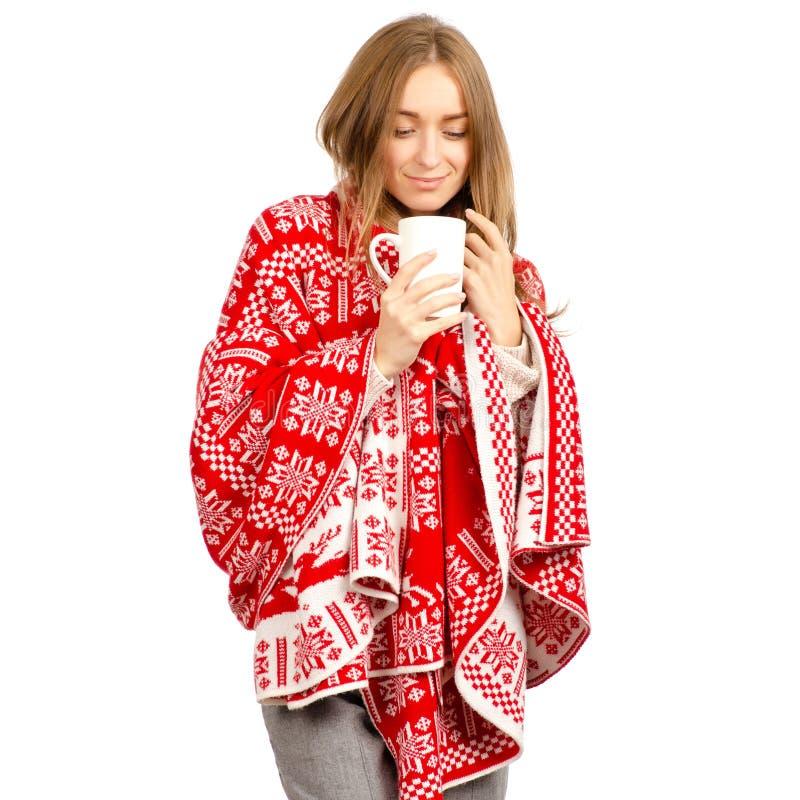 Cobertura bonita da manta do inverno da mulher no chá do café da caneca do copo das mãos fotos de stock