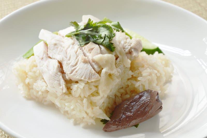 A cobertura cozinhada do arroz ferveu a galinha na esteira de bambu foto de stock royalty free