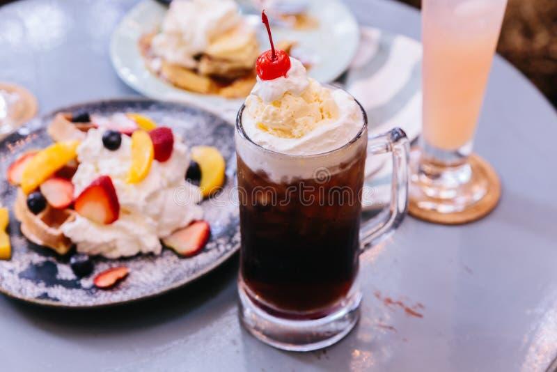 Cobertura de refrescamento doce de Cherry Cola com uma colher do gelado de baunilha e da cereja fresca fotos de stock royalty free