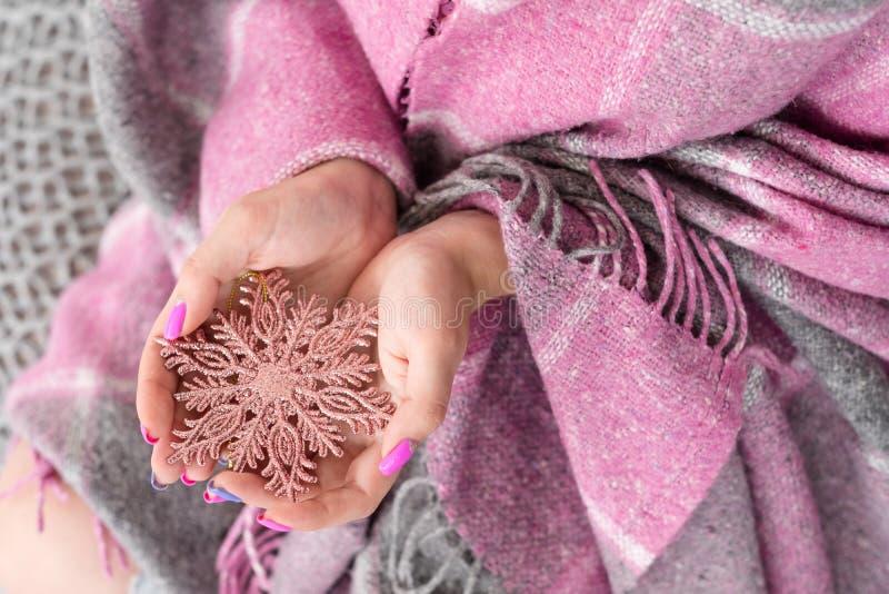Cobertura festiva do floco de neve da mulher do tempo do inverno acolhedor imagens de stock