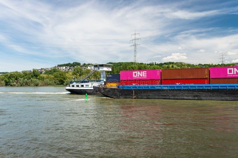 Coblence, Allemagne - 1er juin 2019 Deux péniches reliées portant beaucoup de conteneurs sur le Rhin en l'Allemagne de l'Ouest à  photographie stock