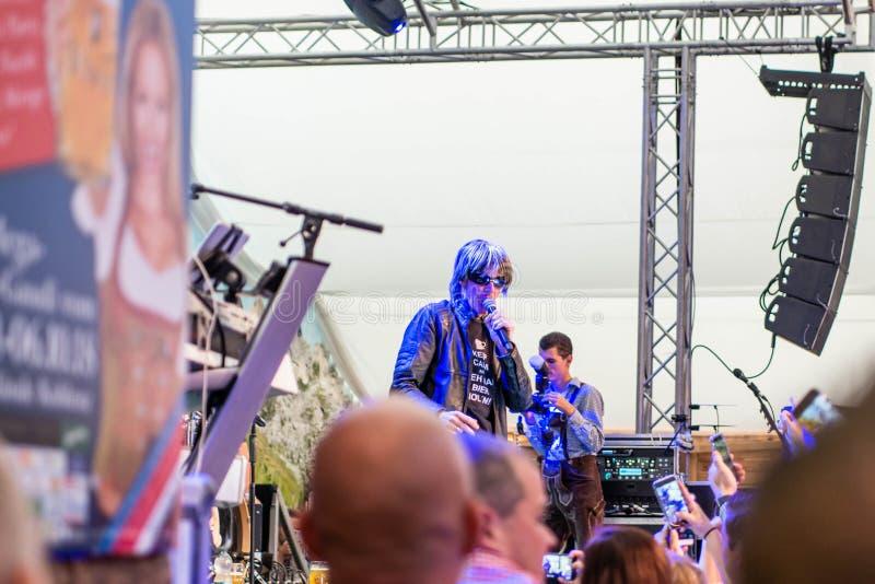 Coblenza Alemania 26 09 2018 alegrías de la muchedumbre en krause alemán del mickie del cantante durante Oktoberfest van de fiest imágenes de archivo libres de regalías