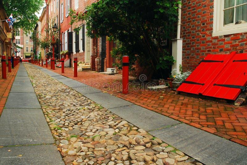 Coblestone街道、砖家和地窖门 图库摄影