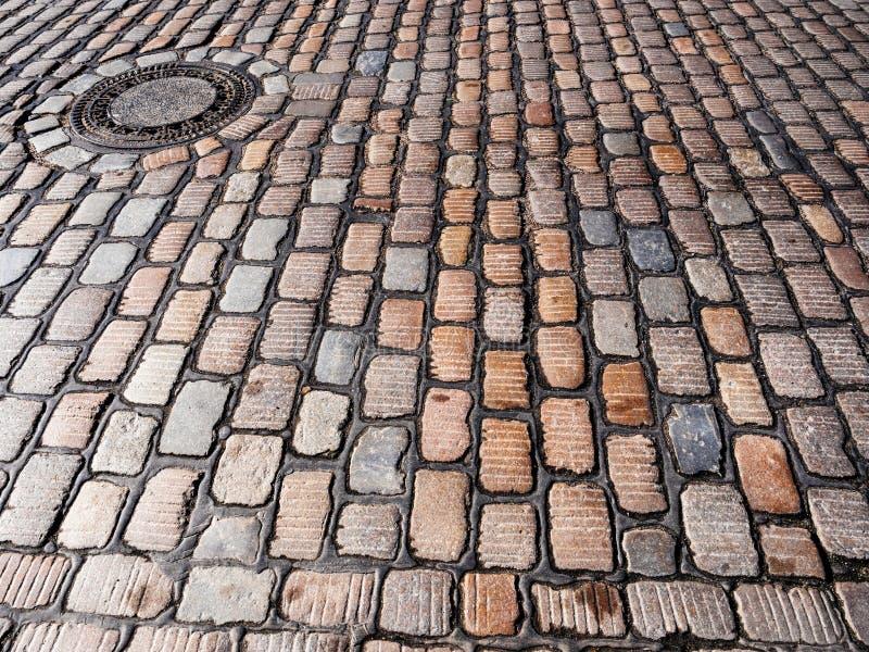 Coblestone et trou d'homme à Hambourg cnetral image stock