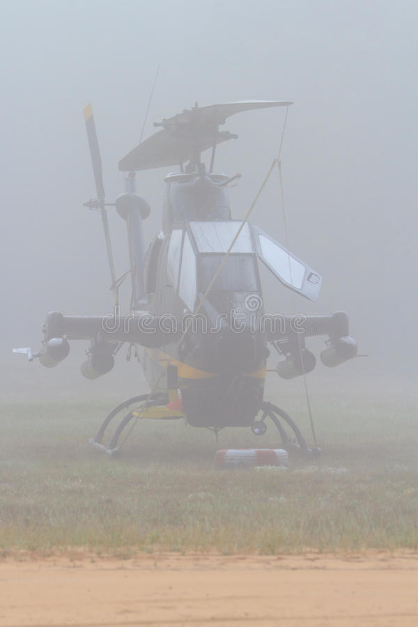 Cobra AH-1 dans la brume de début de la matinée photo libre de droits