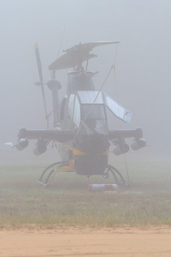 Cobra AH-1 na névoa do amanhecer foto de stock royalty free
