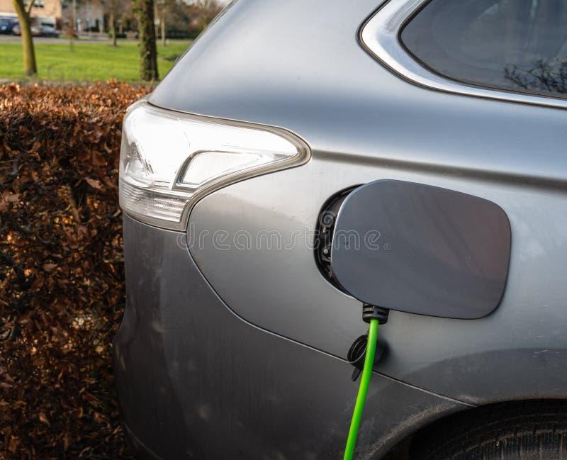 Cobrar de um carro elétrico fotos de stock