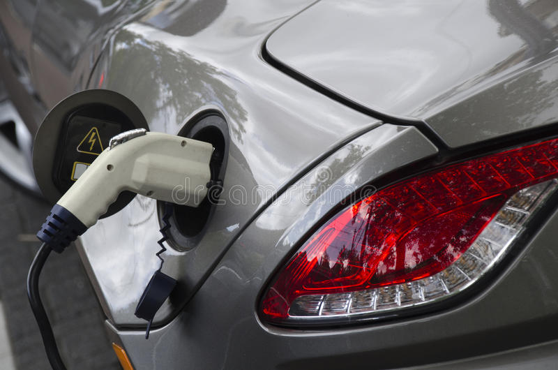 Cobrar do carro elétrico imagens de stock
