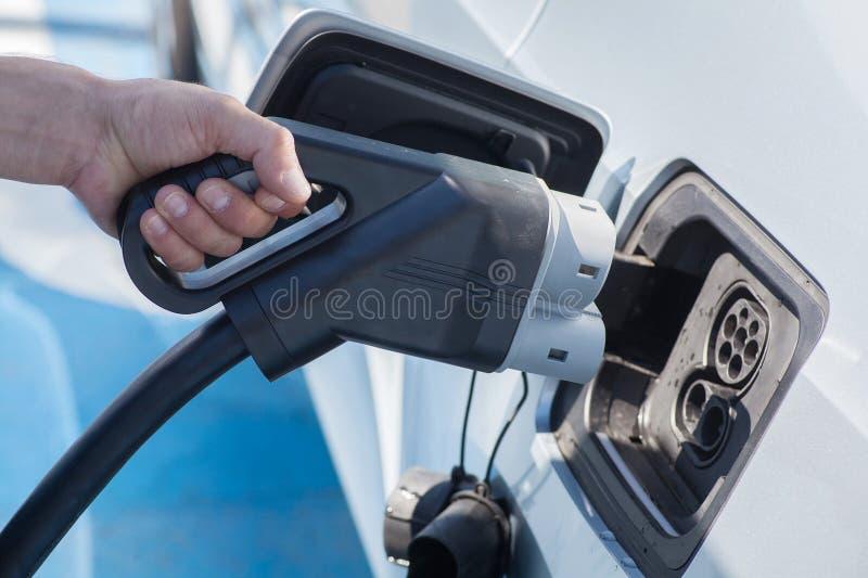 Cobrar do carro elétrico foto de stock