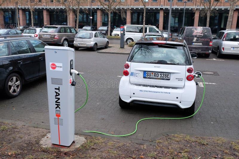 Cobrar do veículo eléctrico imagens de stock