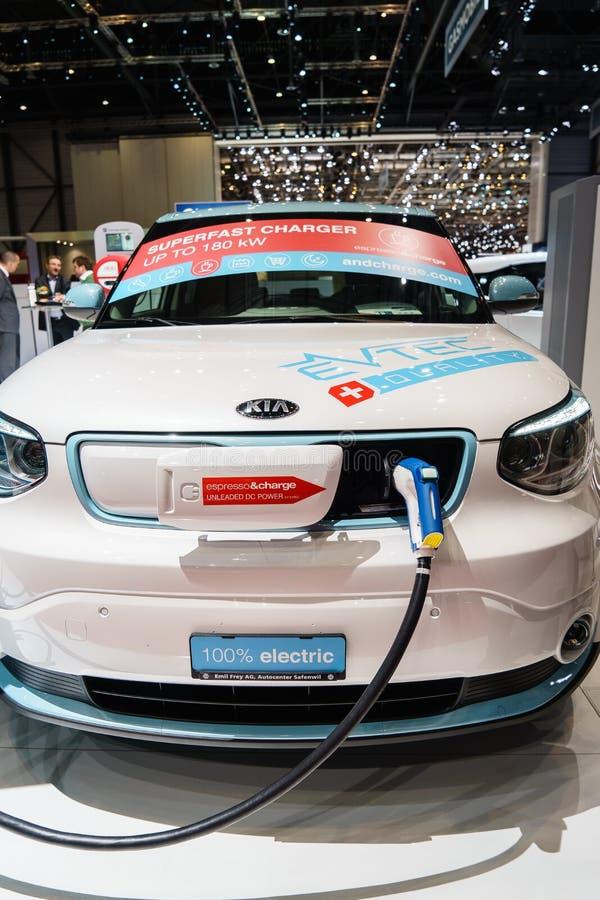 Cobrar elétrico futurista do carro do conceito fotografia de stock