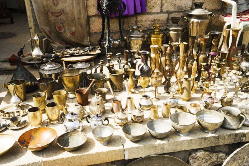 Cobre del este, turco, oro plateado, vajilla de plata en el mercado imagen de archivo