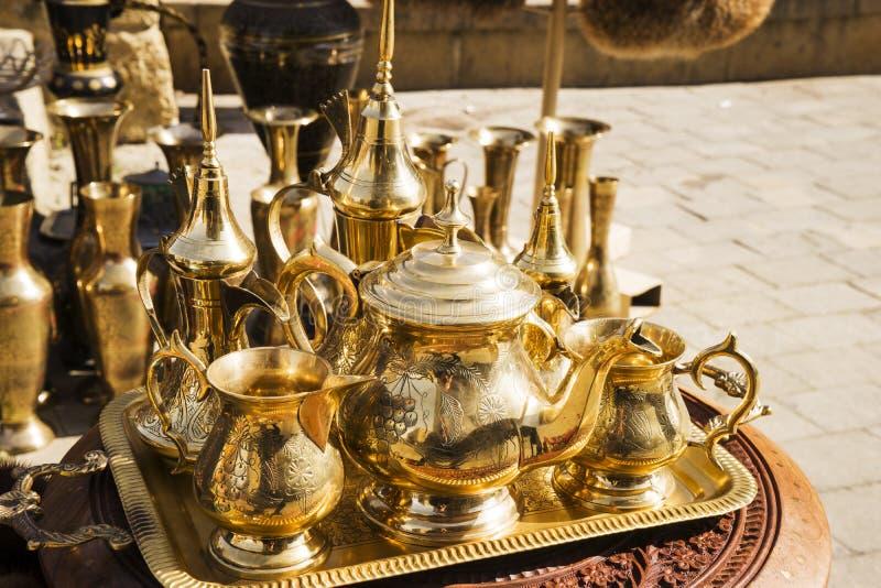Cobre del este, turco, oro plateado, vajilla de plata en el mercado fotografía de archivo