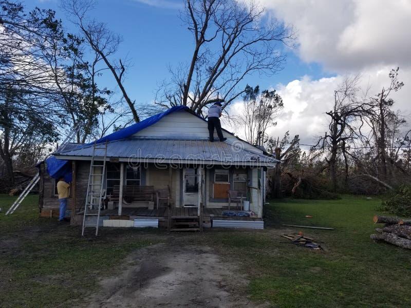Cobrindo uma casa após uma tempestade foto de stock