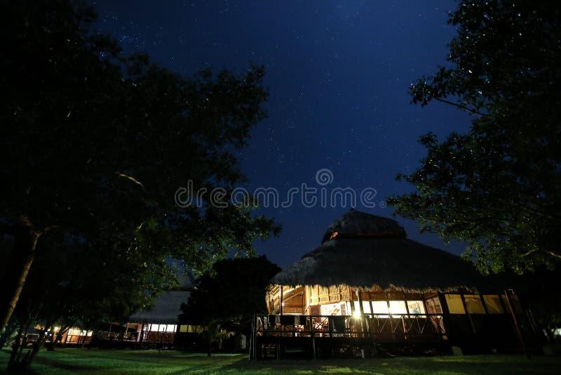 Cobrir com sapê o chalé do telhado em Moçambique na noite foto de stock royalty free
